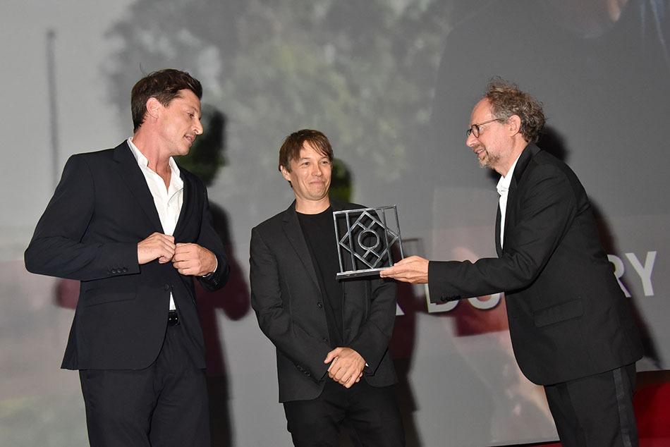 """Simon Rex et Sean Baker recoivent de Denis Podalides un des deux prix pour """"Red Rocket"""""""