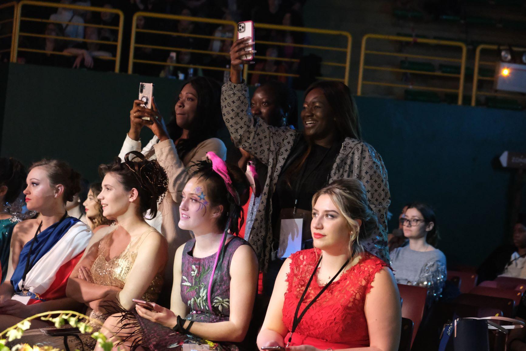 les fans sont  la pour soutenir les mannequins d'un soir