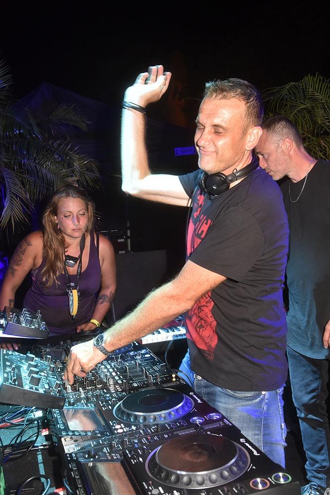 Homme orchestre Le DJ Jo Martin's a double casquette il est à la fois DJ et orga