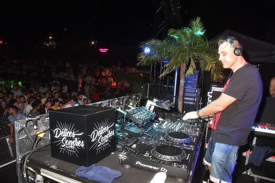 Jo  Martins est en techno-phase  et  son  public