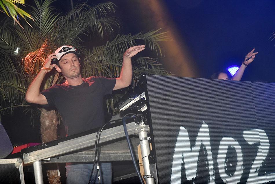 Matt  de  Mozaik  is dancing like an egyptian
