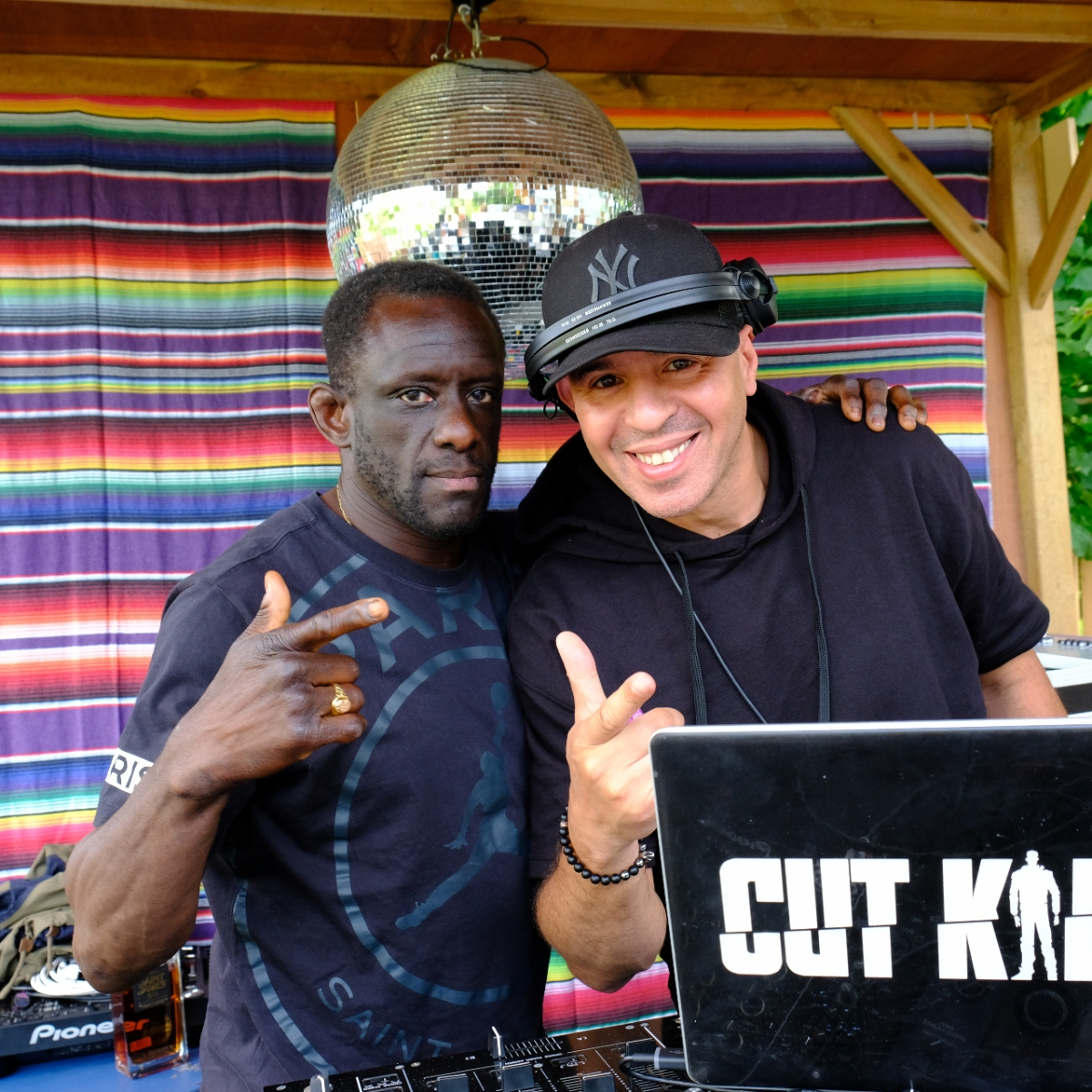 Solo est aux platines avec DJ Cut Killer, 2 pionniers de la scène Hip Hop française.