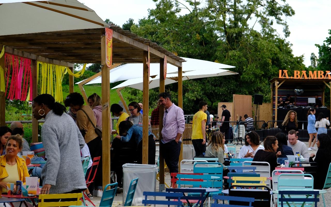 La Bamba est une terrasse géante avec des tables, un dance floor  et des food corners
