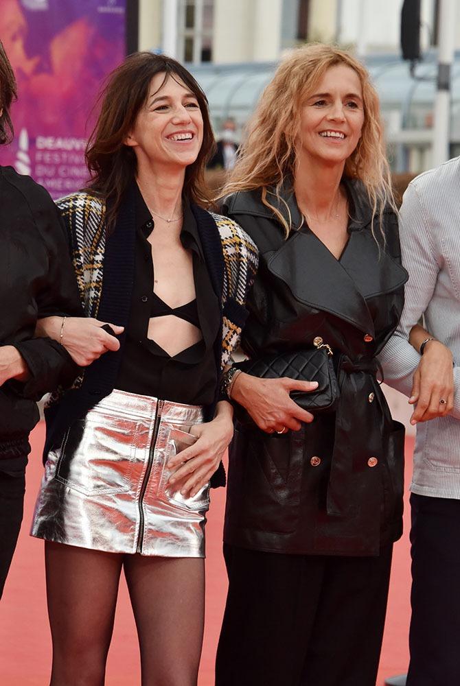 Charlotte a mis sa minijupe couleur du temps à Deauville