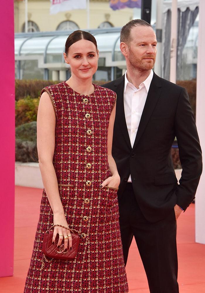 """Renate Reinsve Best actrice de Cannes 2021 sur le tapis rouge de Deauville avecJoachim Trier Adieu frange """"Anna Karina"""" la voici en mode plus chic !"""