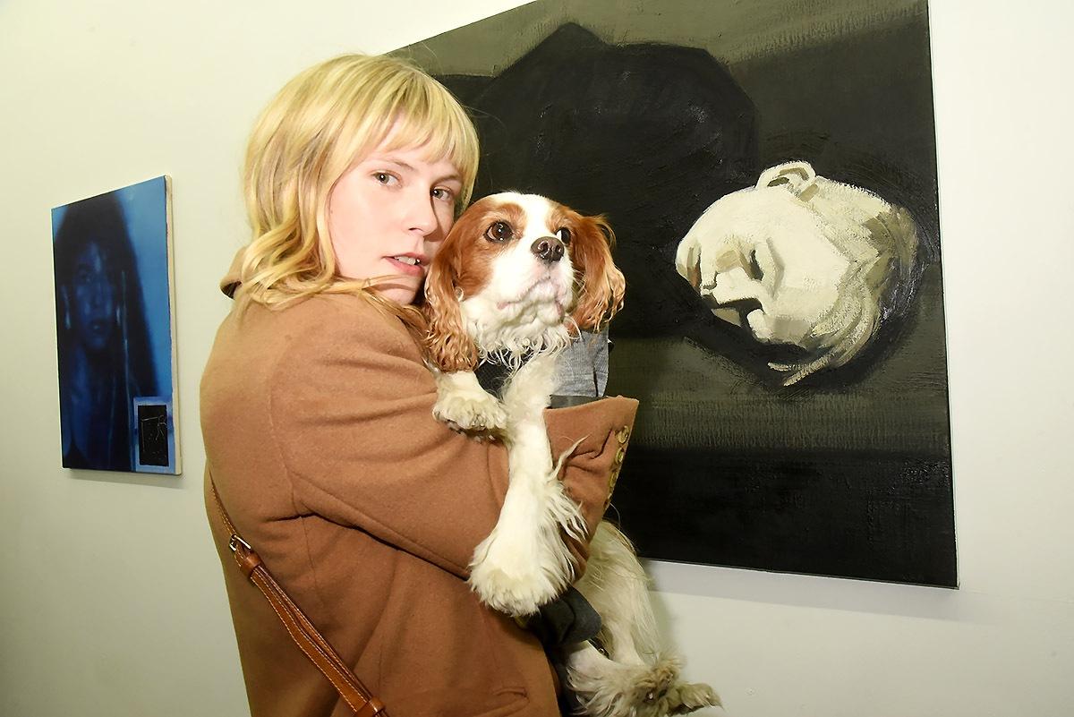Devant une jolie peinture de Maxime Biou Dana Fiona Armour N'a d'amour que pour ouaf Humphrey cabot pas Bogart