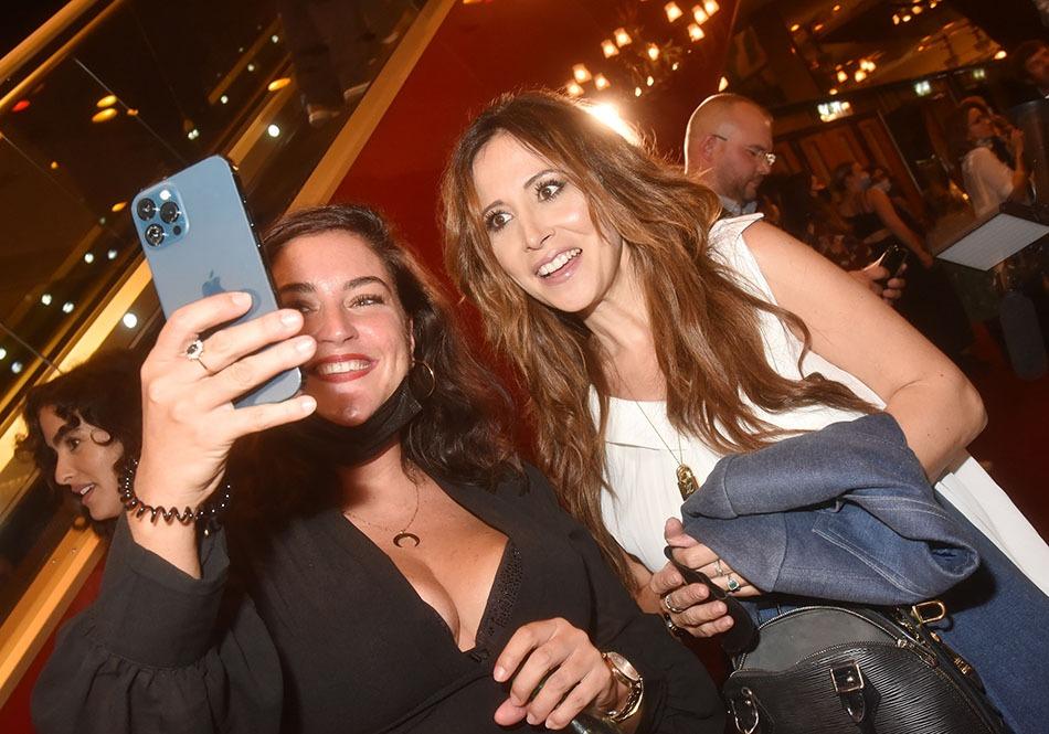 Elle aussi veut un selfie avec Fabienne Carat