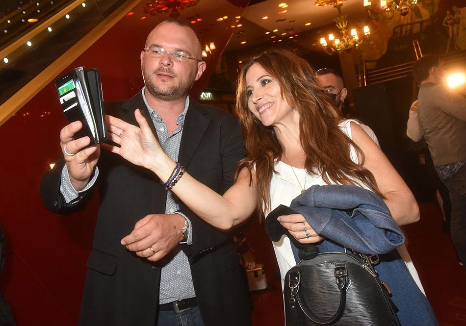 Il veut lui aussi un selfie avec Fabienne Carat