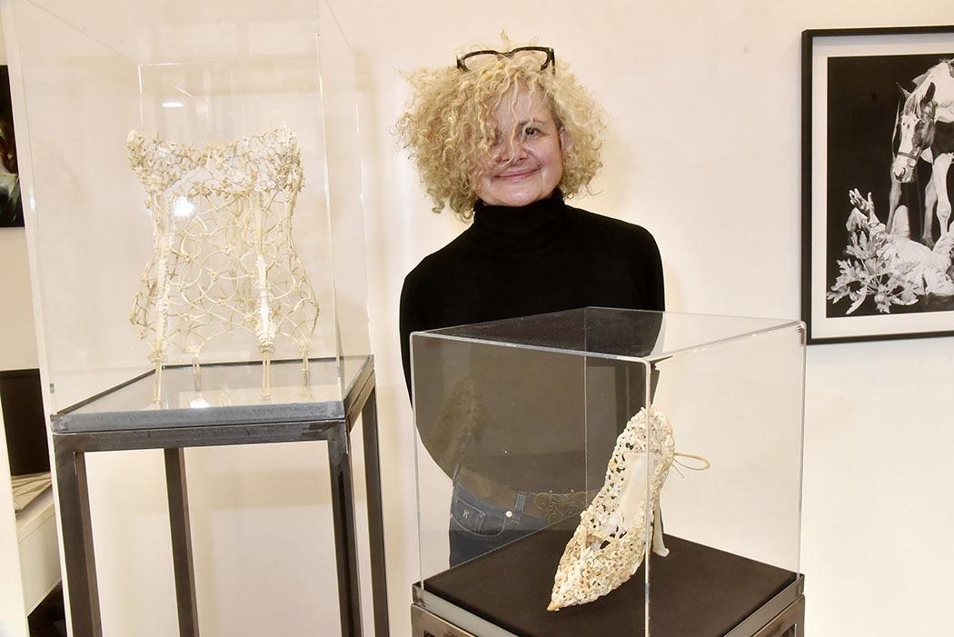 Expo Je Suis Le Resultat De Mes Bons Et Mauvais Choix à La H Gallery : Corine Borgnet et ses sculptures en os de poulet