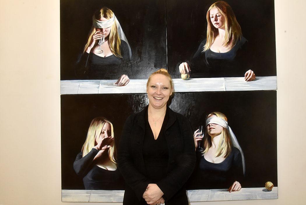 La tauliere de H Gallery Hélianthe Bourdeaux Maurin devant une oeuvre de Natacha Ivanova