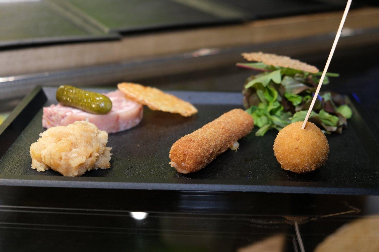 Planche de dégustation sur le stand du Cantal