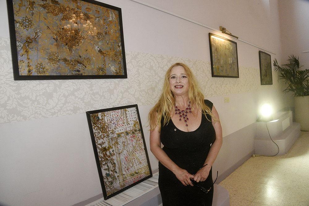 Dana York pose avec ses oeuvres