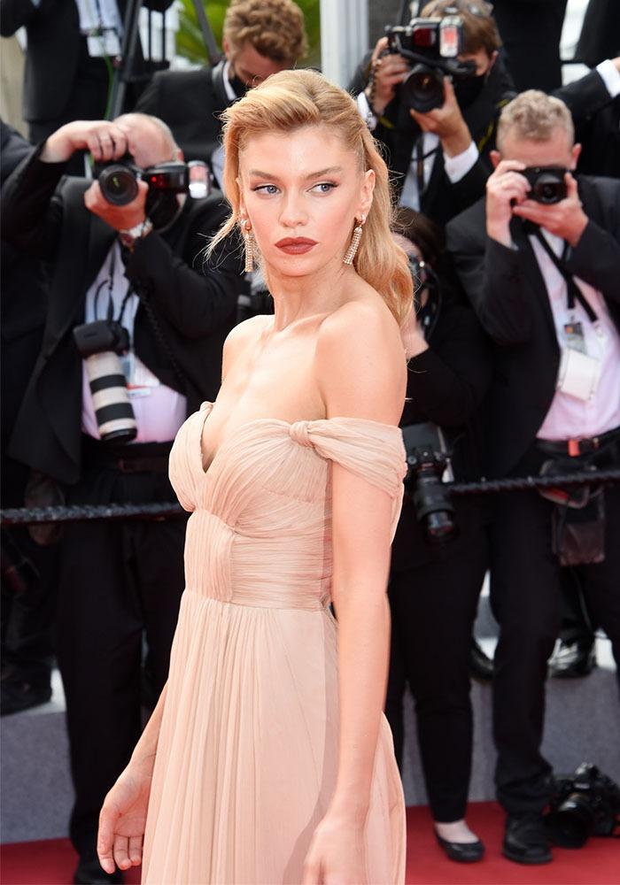 Stella Maxwell quelle jolie blonde qui bulle dans une robe champagne rosée !