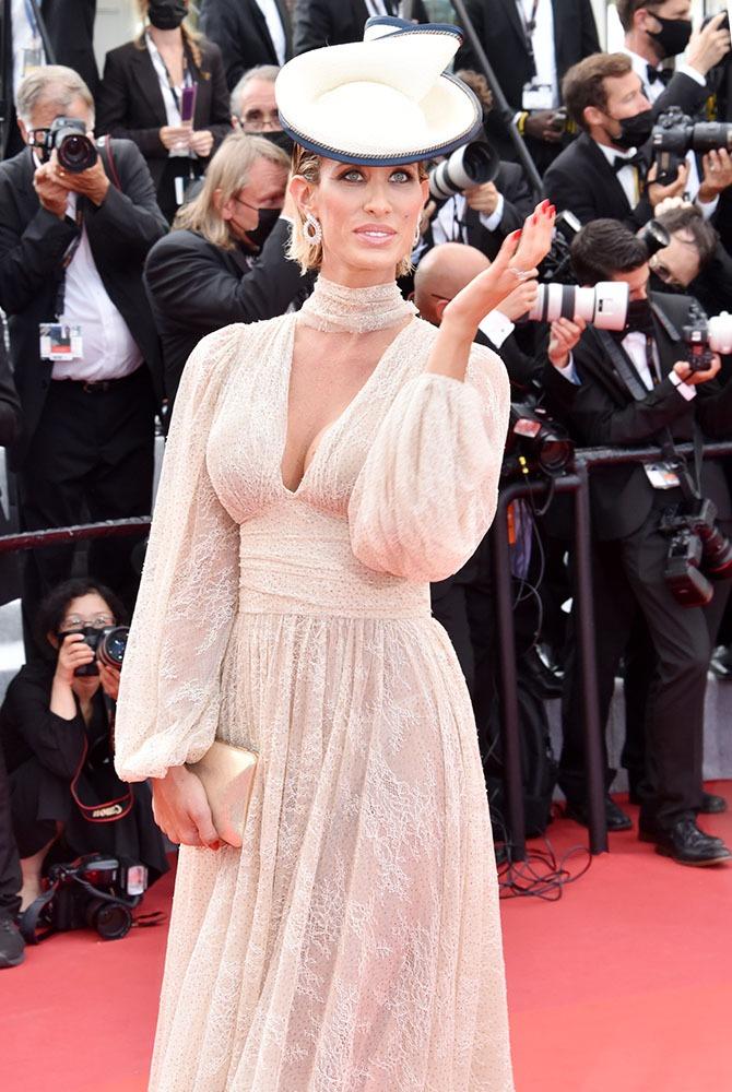 Stella Manente ressemble à Lady Diana afflubé d'un bibi au Prix de Diane
