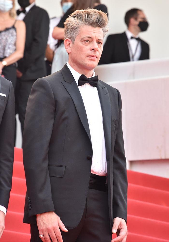 """Benjamin Biolay avec sa coupe de cheveux qu'on dirait Brad Pitt dans """"Fury"""" !!"""