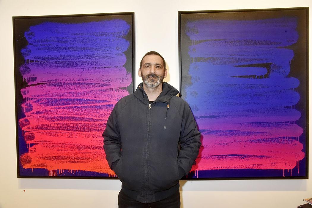 Galerie Lefeuvre Roze Expo Traits de Caractere Le Street artist Zest Franck Noto pose avec son travail