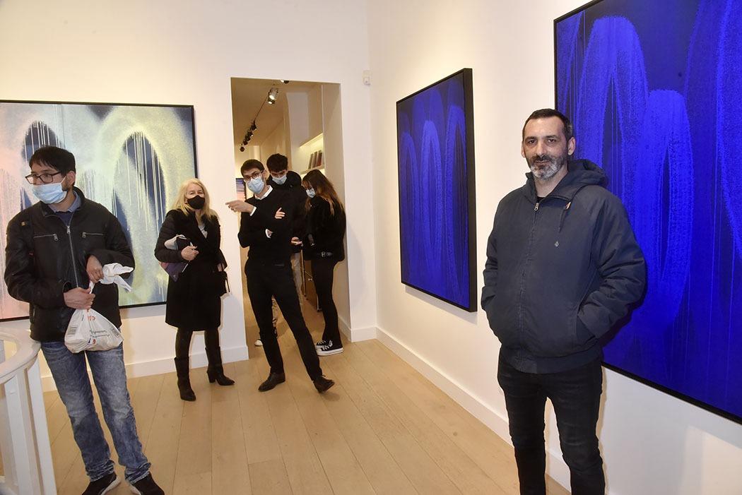 Galerie Lefeuvre Roze Expo Traits de Caractere Le Street artist Zest Franck Noto (à droite) pose avec son travail