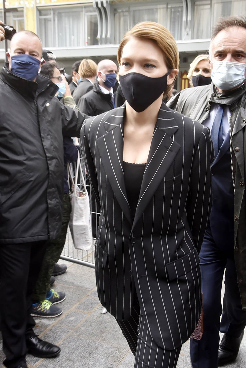 A la sortie de ma Messe Miss Seydoux me ferait elle l'aumône d'un sourire masqué? Que Nenniwhat a pity ! Pourtant on trouve Tout à La Samaritaine !