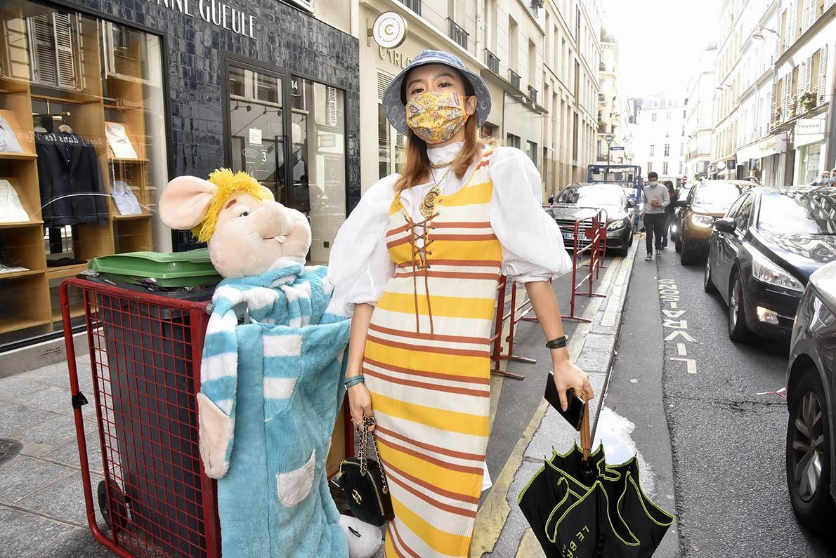 Une bloggeuse japonaise avec son porte clef Paco Rabbit aux pattes porte bonheur