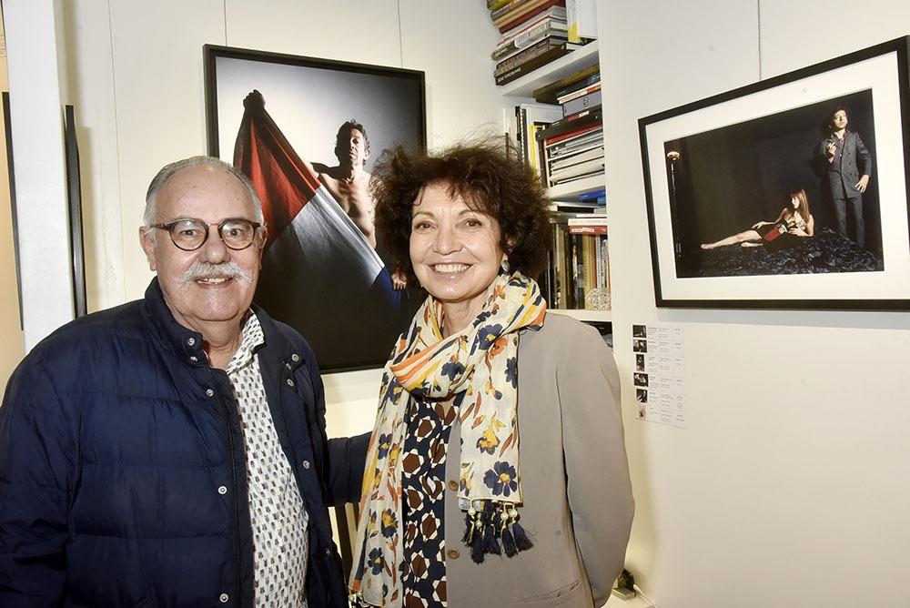 Nathalie Atlan Landaburu pose avec Jean Jacques Bernier qui a shooté Gainsbarre dans sa couette pour une couverture de Paris Match