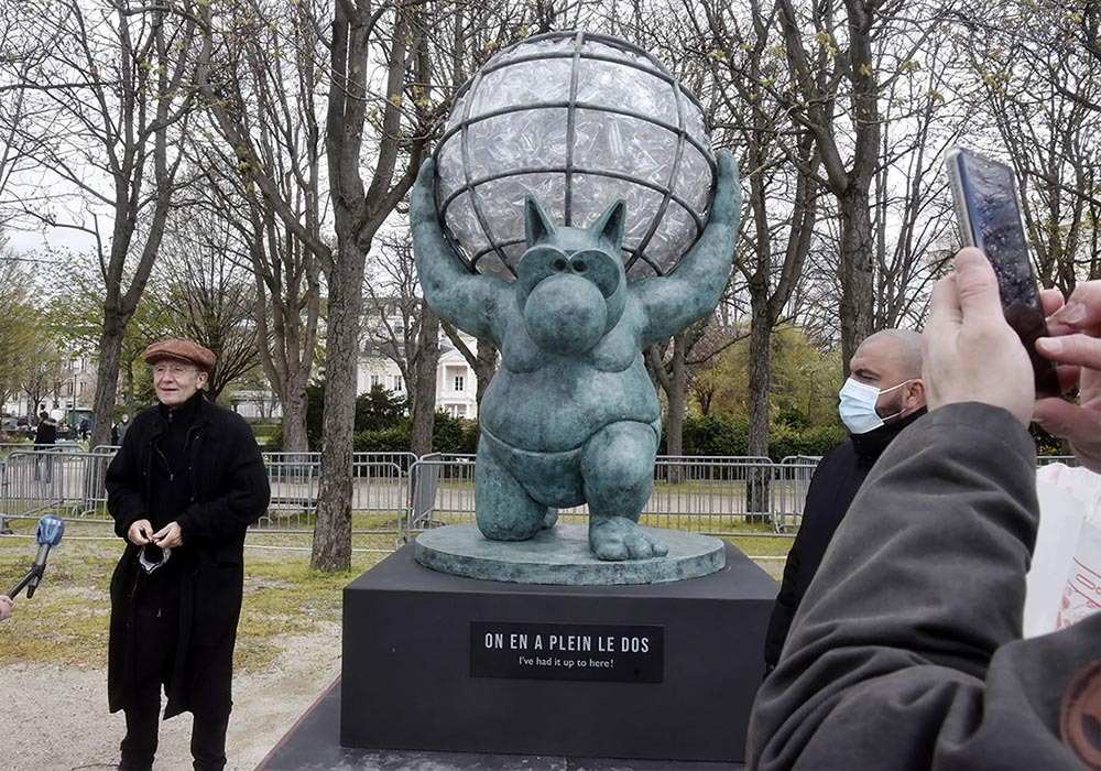 Chat pèse ! Geluck rend hommage au mythologique  Chatlas qui, condamné par Zeus  a du porter le monde sur ses épaules !