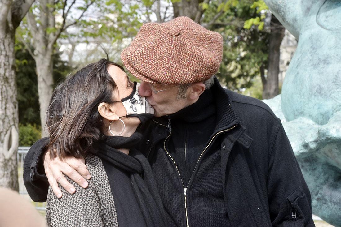 Mr et Mme Geluck nous offrent « Le Baiser de l'Hotel de Ville » à La Doisneau en version politiquement correct et bien masqué !
