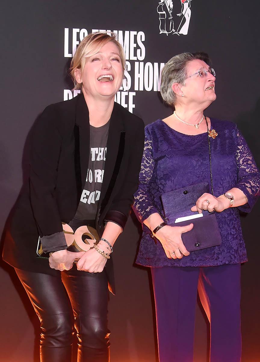 Anne Elisabeth Lemoine est venue récupérer son GQ best TV presenter award avec maman et papa… Et de plaisir ne peut plus se retenir
