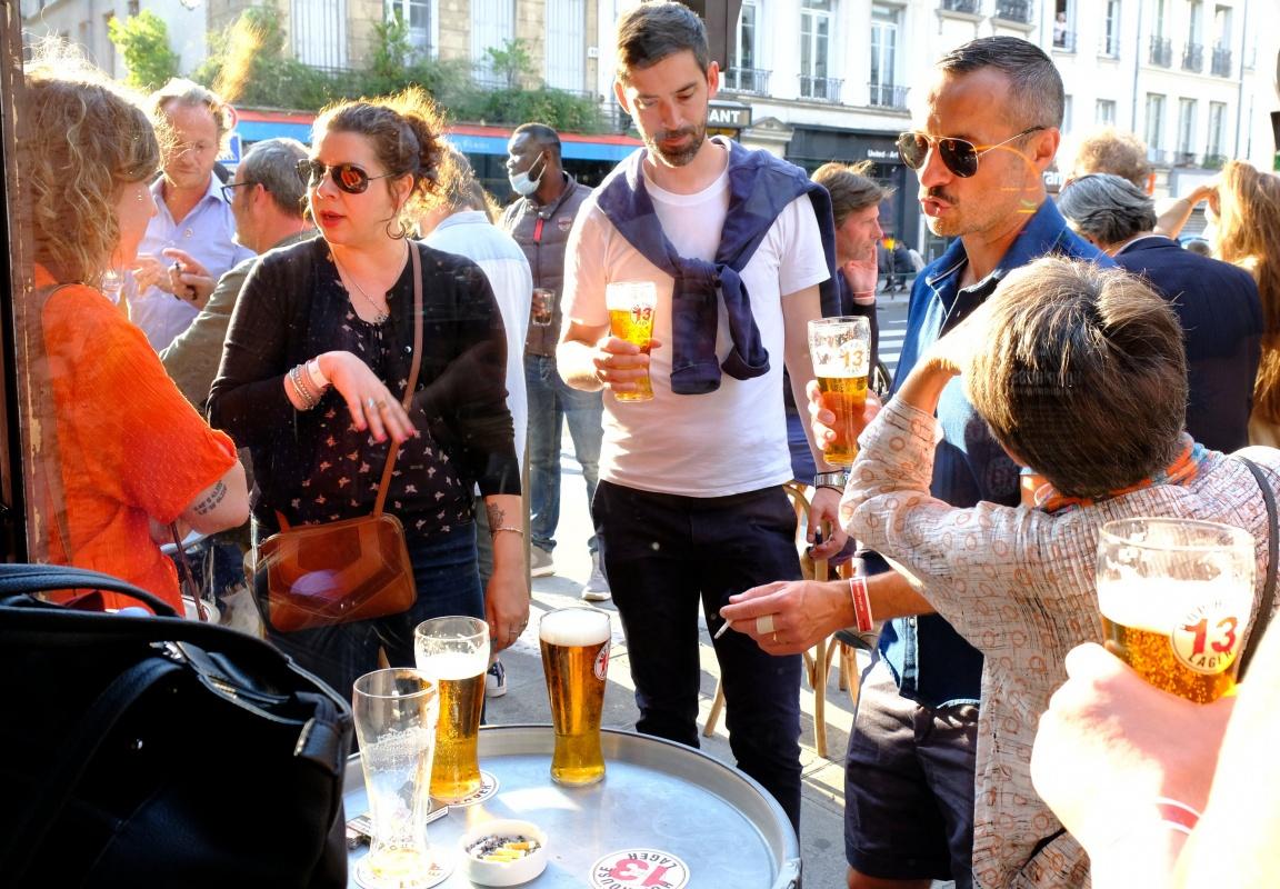 En terrasse on se retrouve au Bon Esprit paris X, la Hop House 13 coule avec moderation.