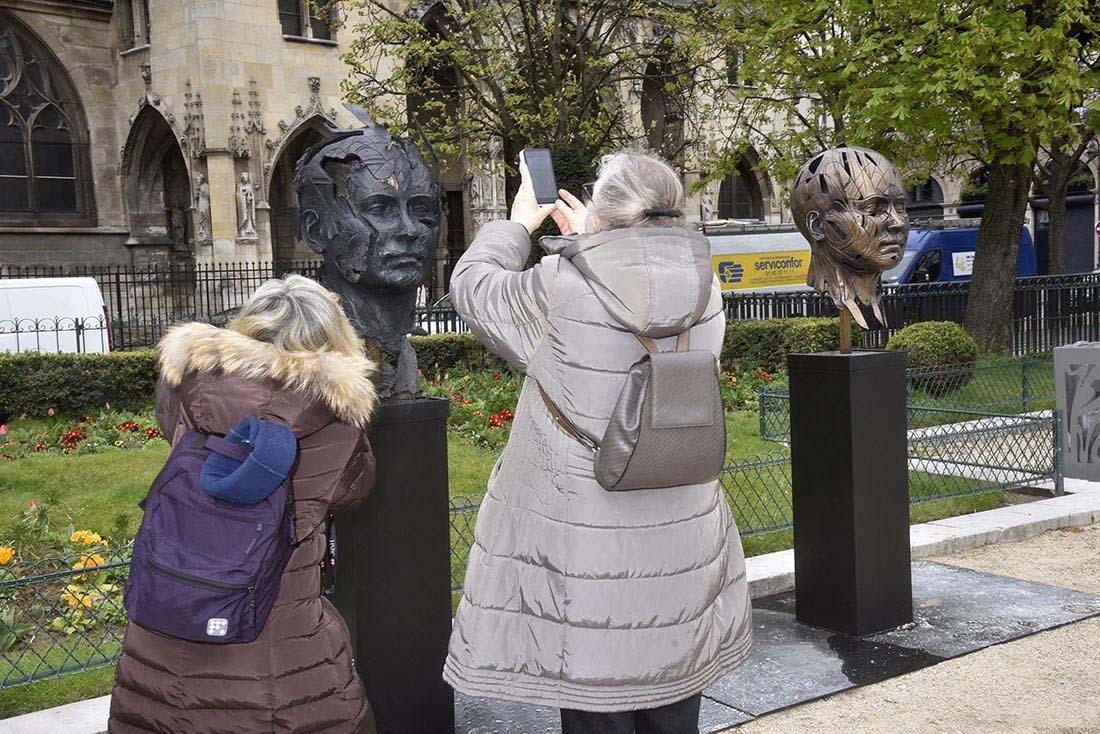 Comme à Lourdes ou sur le lieu des apparitions, l'éphémère place Hopare face au Louvre est devenu un site de pelerinage !