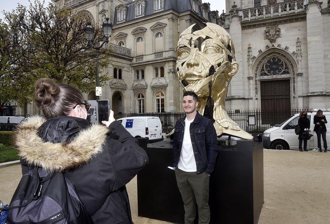 Punaise jai instagrammé Hopare et sa fameuse statue couverte de papier-chocolat!!