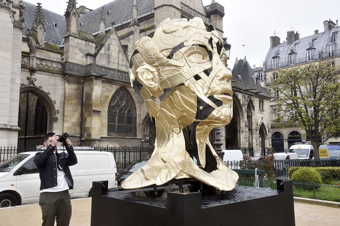 Quand Hopare shoote sa statue de back c'est forcément pour mieux la scotcher sur le Louvre de face !!
