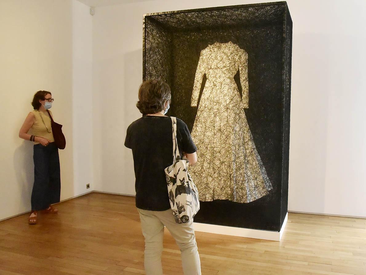 La Robe de Chiharu Shiota qu'on verrait bien apparaitre par nuit d'Halloween dans uns de ces Kwaidans qu'affectent les japonais