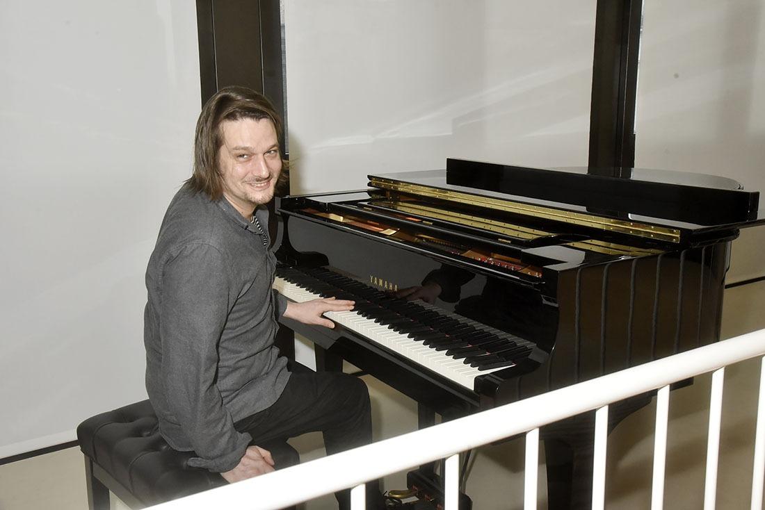 Pendant la quarantaine Jean Camille D'Ornano plink plinke du piano forte au balcon