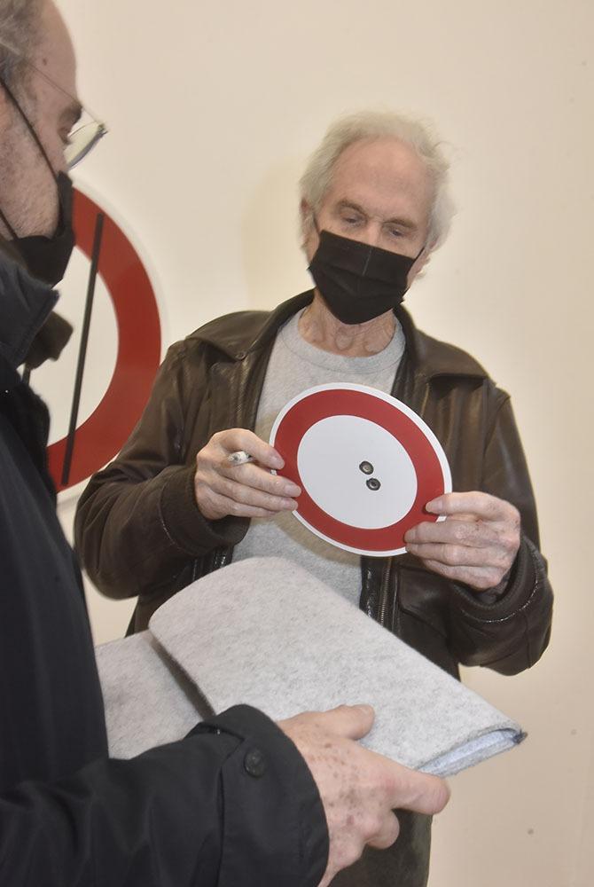 Raynaud signe ses oeuvres avec un stylo de gros calibre