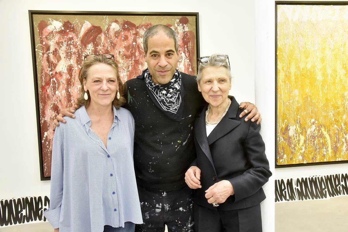 JonOne pose avec ses Two galleristes Caroline Moussion et Jacqueline Rabouan en Stéréo