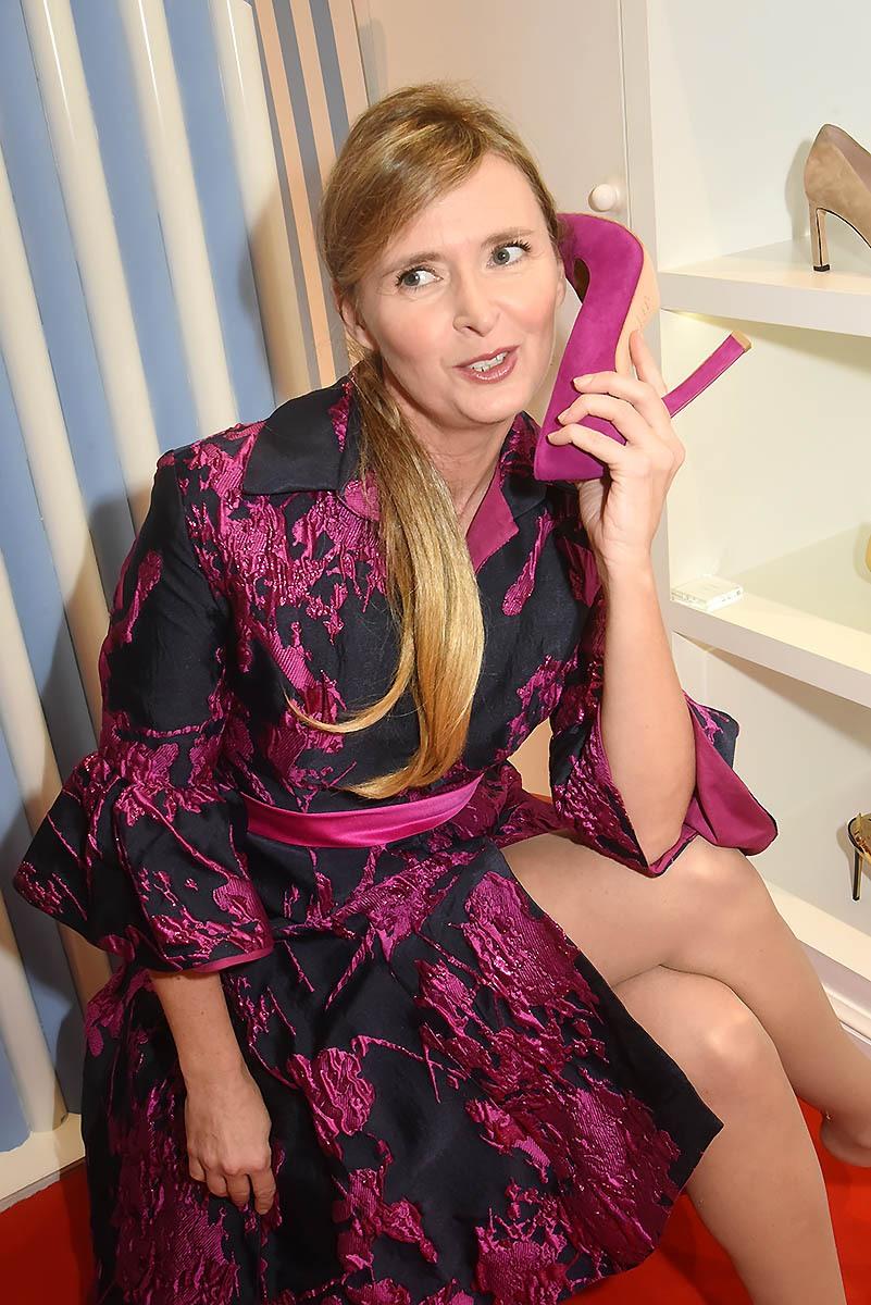 Annabelle Milot a trouvé une coque pour son shoephone assortie à sa robe fleurs d'aubergine de Guillarmé