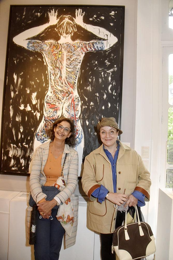 Ceyla Lacerda and Sybil Laribi prennent une pause sous un Kenzo mode Flowers yakuza