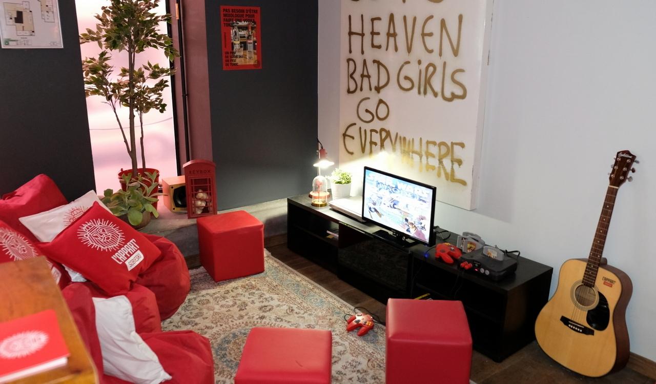 Un veritable studio avec console et guitare reconstitué dans le XI eme