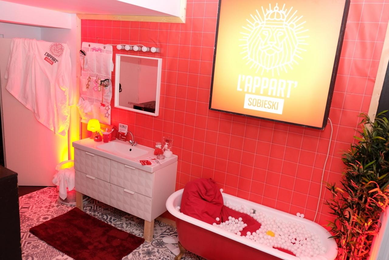 Au sous sol une salle de Bains reconstituée avec baignoire