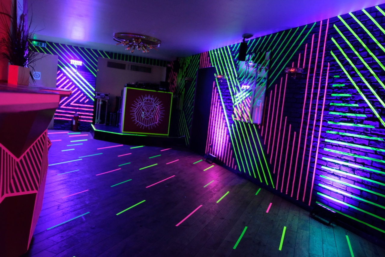 Un lieu customisé pour la soirée, entre street art et dance floor.