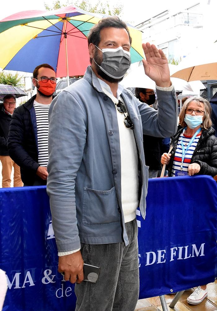 Laurent Lafitte découvre alors La Baule ses masques à gaze et ses gestes et salutations barrières