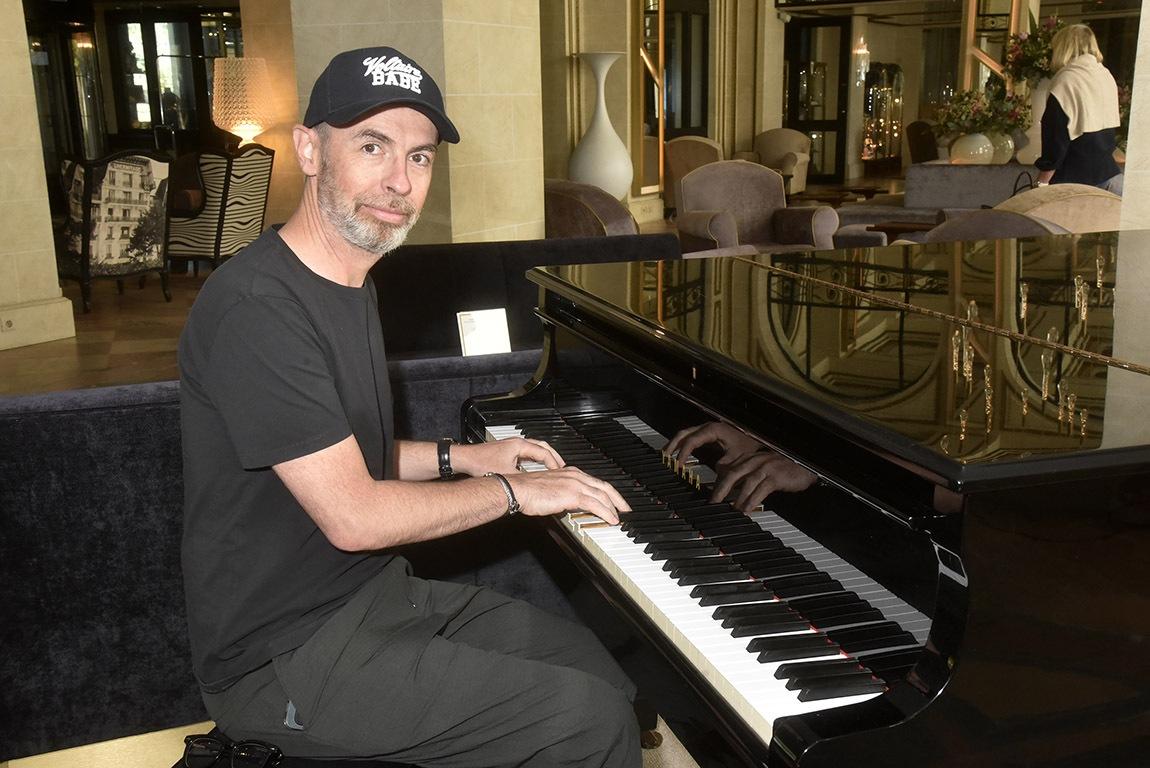 Matthieu Gonet sait aussi jouer du piano debout et sans casquette !