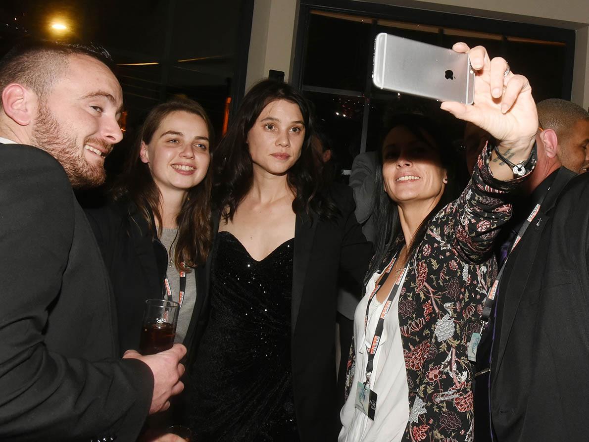 La craquante Astrid Berges en mode selfie avec des aficionados