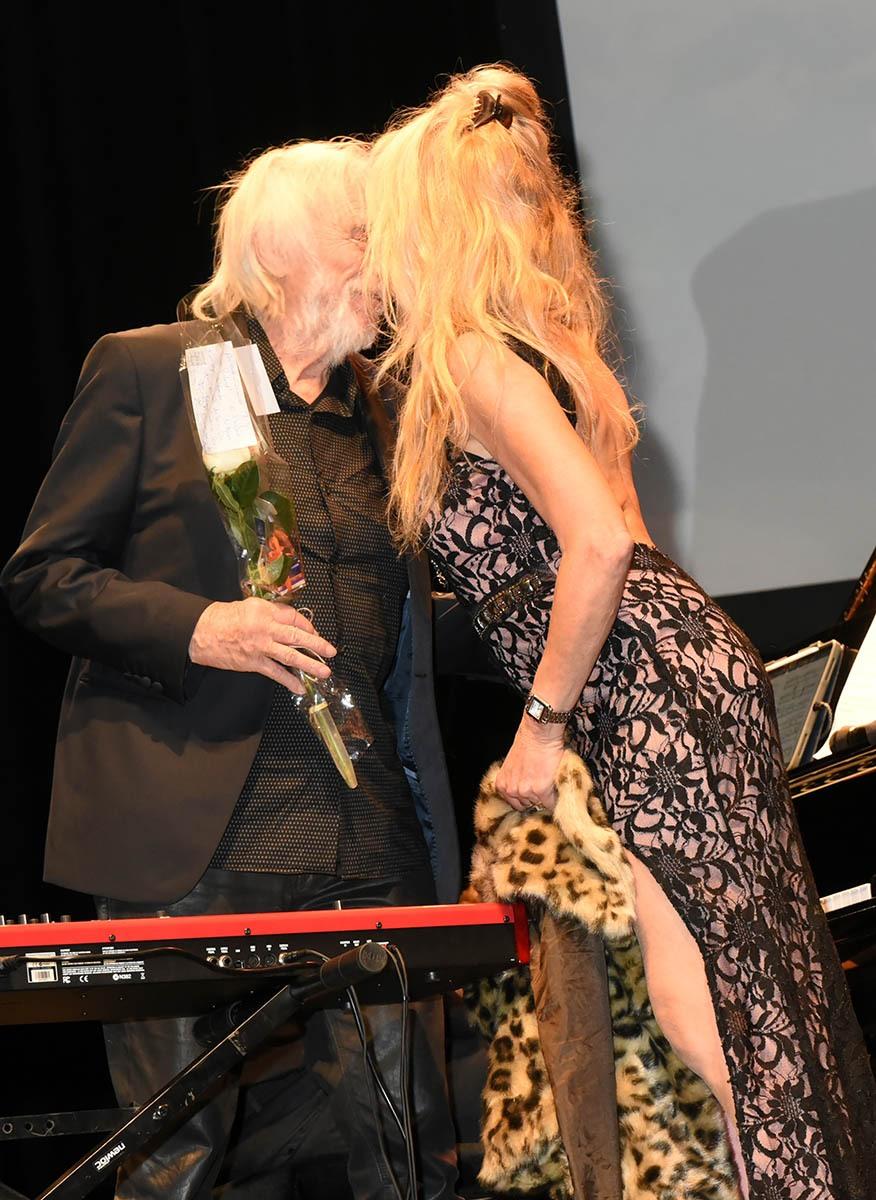 Ibise d'or: Là ou une cougar afficionado grimpe sur le podium et saute sur Le grand blond pour lui arracher sa chaussure noire !
