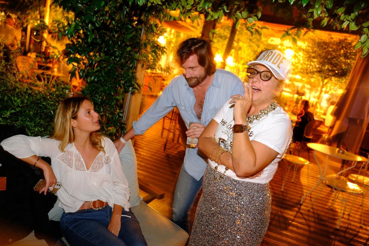 Léa , Aurelien et Sophie discutent des clubs de Tel Aviv