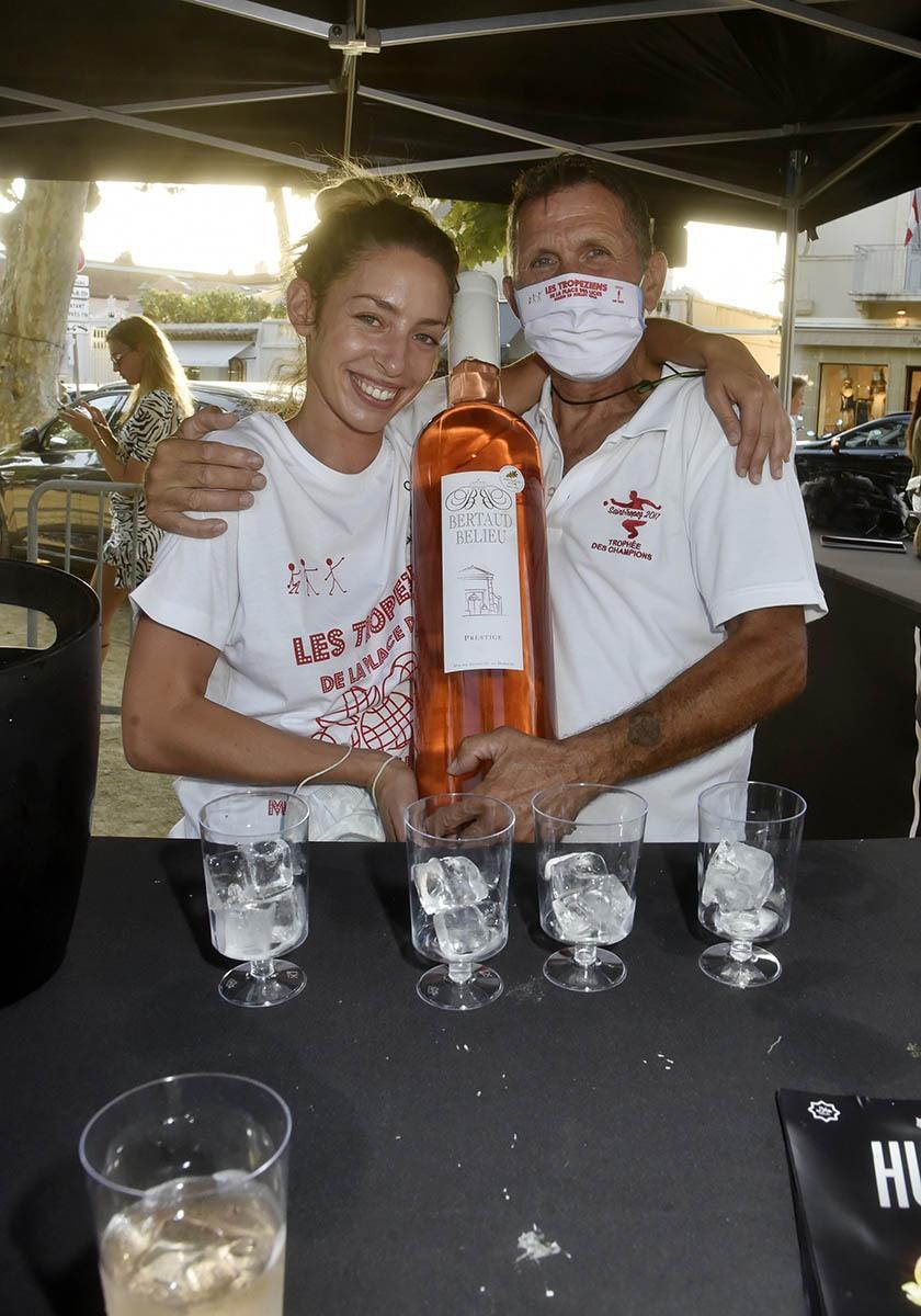 La barmaid et le barman de l'open bar Rosés Bertaud Belieu ne chôment pas !