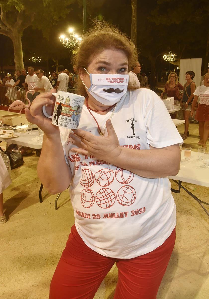 Niki de St Tropez artiste peintre recherche ses mugs qui se sont évaporés durant la partie.