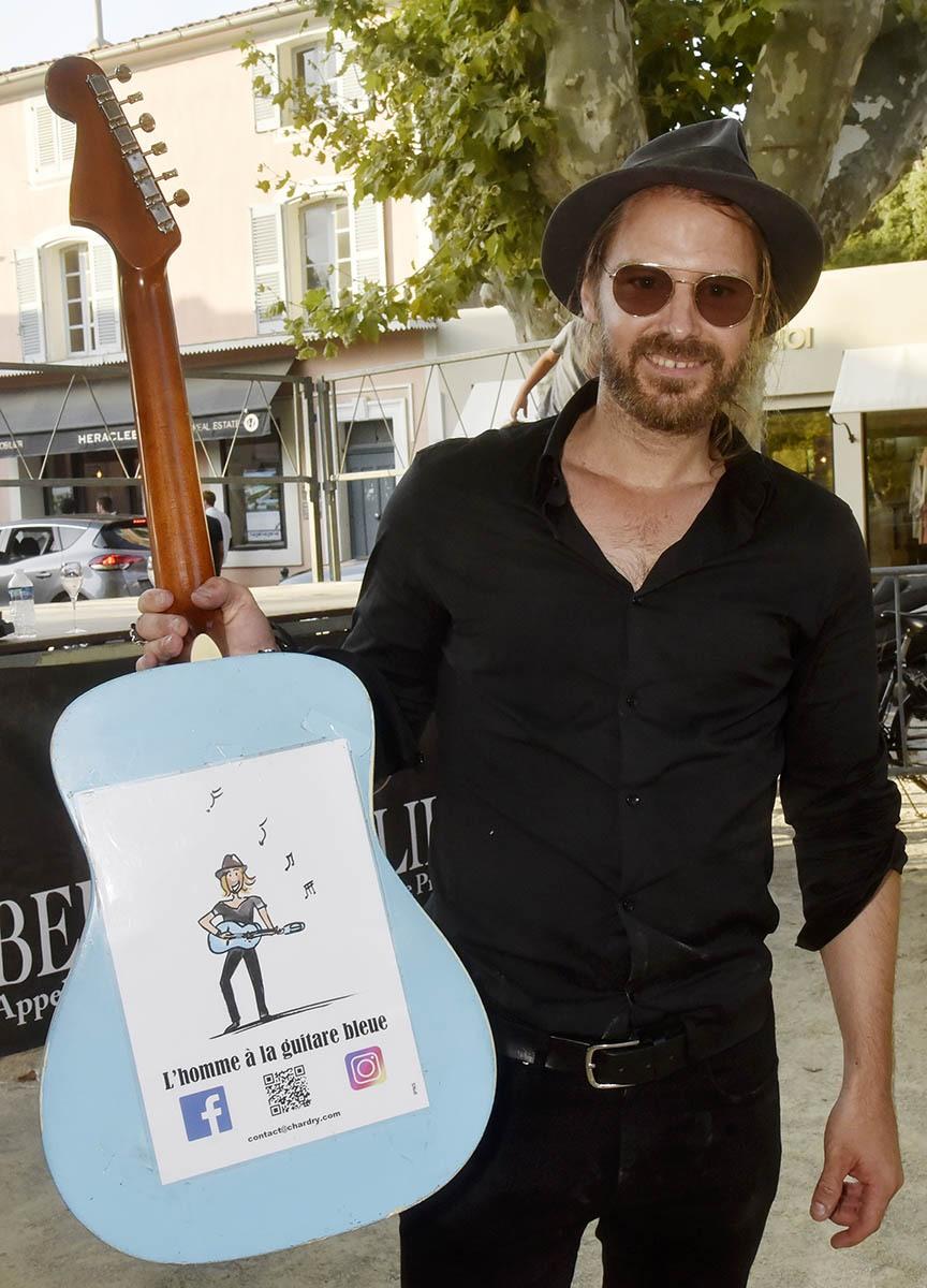 Pour les non daltoniens et bon entendant cest Richard Bauduin «L'Homme à La Guitare Bleue»