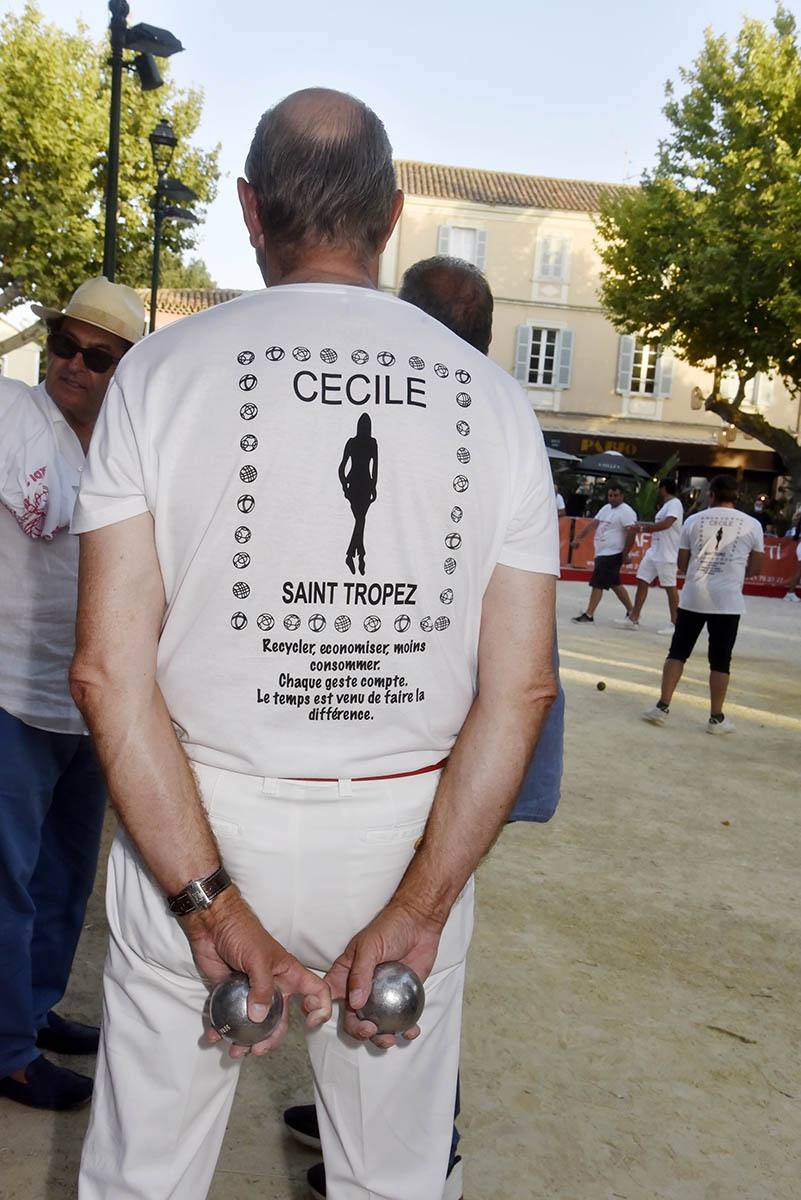 Un pétanqueur sandwiche pour Cécile qui sponserise en partie le tournoi