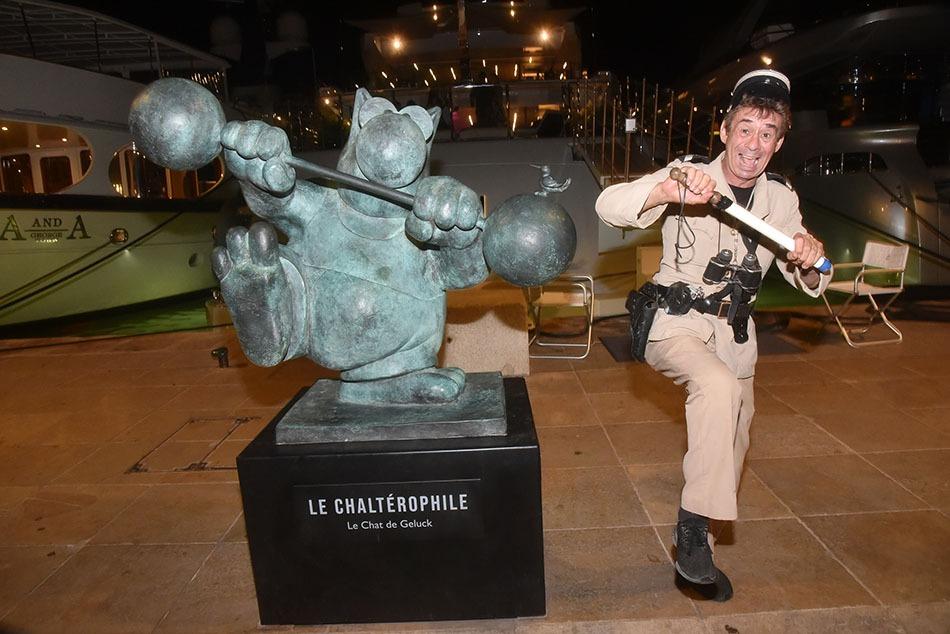 le Gendarme Patrick Chagnaud se tient en équilibre sur une Jambe Cest le test anti Cowide au volant